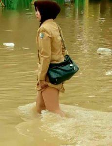 wanita-telanjang-korban-banjir