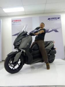 model ganteng naik yamaha xmax 250
