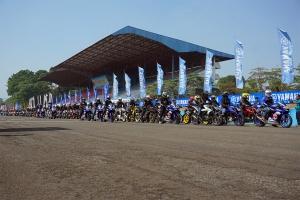 Tiga lady bikers di barisan pertama geber All New Vixion R di rombongan victory lap komunitas Vixion pada event Yamaha Sunday Race seri 3