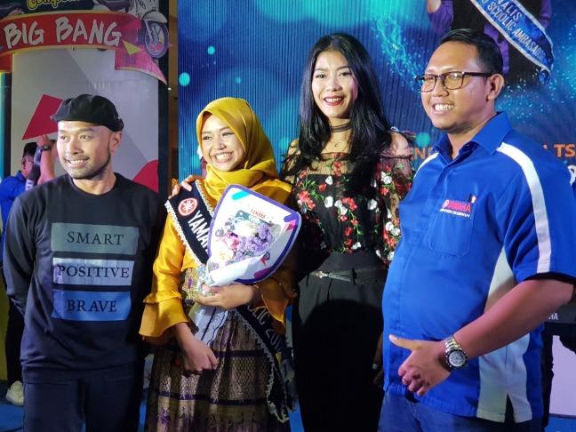 Brenda Qaulani Tsaqila (kedua dari kiri), siswi SMA Negeri 1 Gambut Kabupaten Banjar dinobatkan sebagai All New Fino Tubeless dan Ban Lebar Ambassador wilayah Kalselteng
