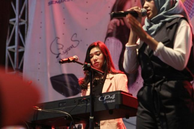 Isyana Mengringi Pemenang School Competition Bernyanyi