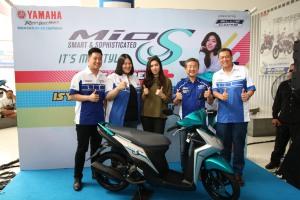 Isyana Sarasvati berfoto bersama Presiden Direktur PT Yamaha Indonesia Motor Manufacturing (YIMM) Minoru Morimoto dan management main dealer PT Surya Timur Sakti Jatim (STSJ)