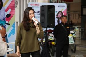 Isyana Sarasvati brand ambassador Mio S saat meet and greet dengan konsumen Mio S dan fans di dealer Sentral Yamaha Dupak di Surabaya